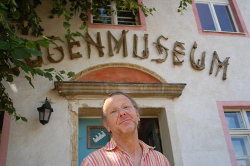 Reinhard Zabka vor dem Lügenmuseum Gantikow Foto: M. Stefke